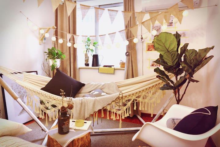【解忧杂货铺】旧窗摇椅的花园下午茶/洪崖洞步行2分钟/解放碑最最中心/临江门地铁D号口 - Chongqing