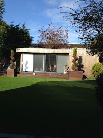 Self contained garden room - Borehamwood