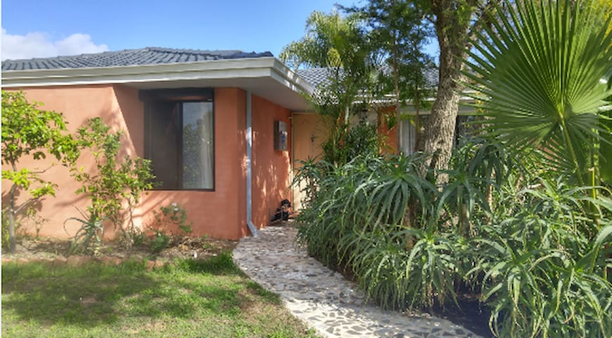 Cute Room wt garden view, free Park - Thornlie - Huis