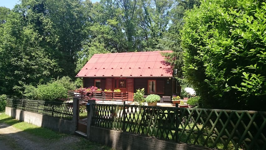 Beautiful wooden house on a peaceful hill - Donja Stubica - Huis