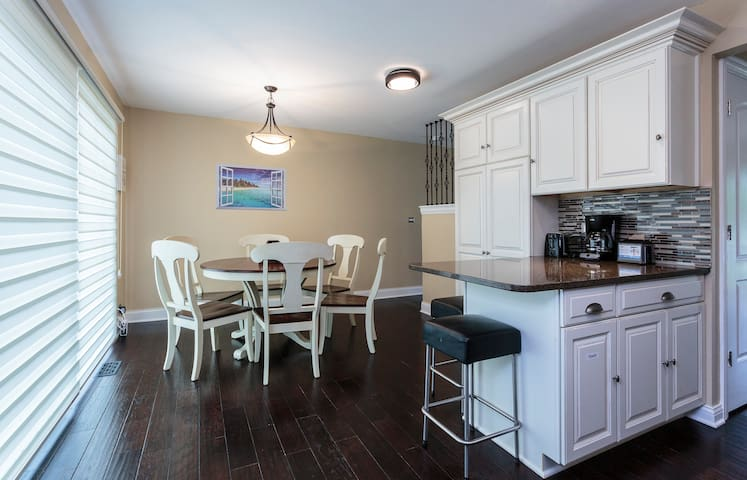 Beautifully Remodeled 3 BR Townhouse near Chicago! - Wilmette - Таунхаус