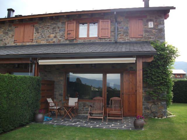 Casa adosada con vistas, jardín y piscina en Palau - Palau-de-Cerdagne