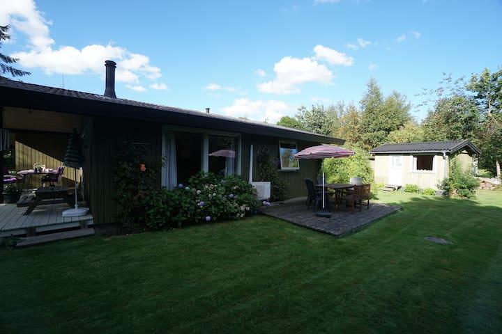 Spacious 80's summer house, close to the beach - Asnæs - Blockhütte