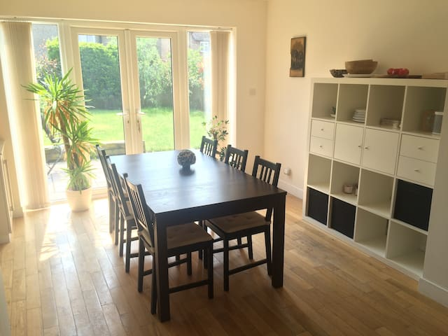 Cosy 3 bed house  (10 minutes from train station) - Hersham - Casa