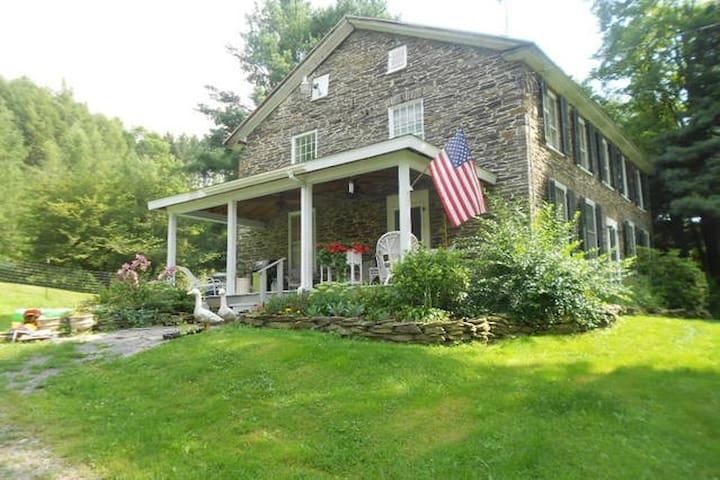 200 Year Old Stone Farm House - Burlington Flats - Maison