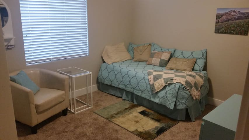 Private room perfect for single traveler to SLC - South Jordan - Huis