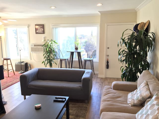 Bright, Top Floor Hollywood/Silverlake 1 BR W/View - Лос-Анджелес - Квартира