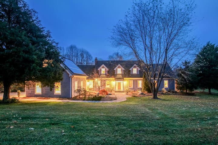 Luxury Home Sleeps 19, in Nature, Convenient to DC - Harwood - Huis