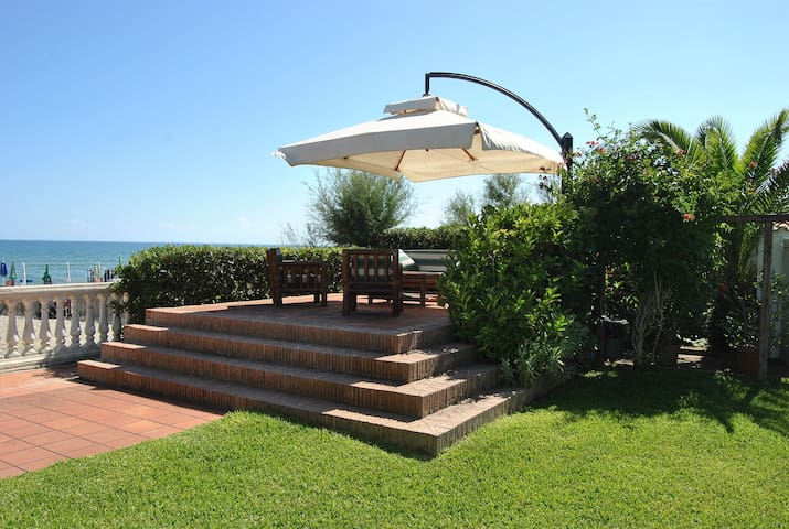 VILLA FIRST ROW FROM SEA + GARDEN - Terracina - Villa