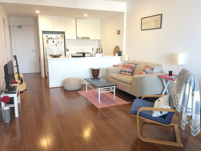 Room in large, new apartment with ensuite bathroom - Rosebery