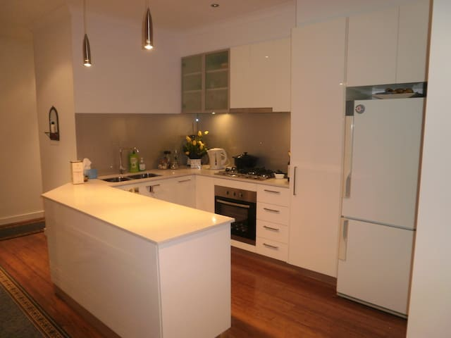 Sunny Room in new home, PascoeVale - Pascoe Vale - Villa