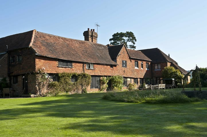 Idyllic 16th Century Family Home - Ewhurst - Bed & Breakfast