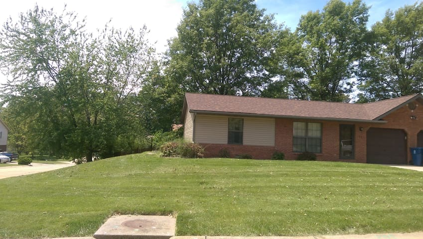 Two bedroom duplex with fenced yard - Belleville