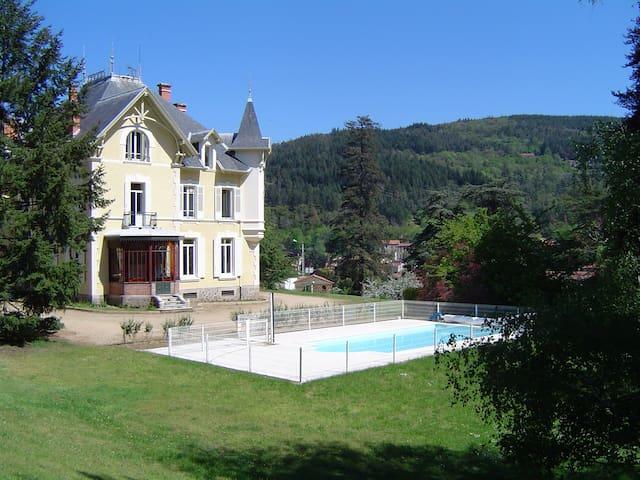 Chambres d'hôtes au Domaine des Soyeux - Saint-Julien-Molin-Molette - Kasteel
