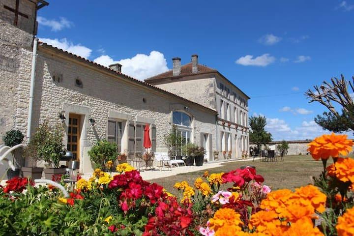 Luxury gite with shared heated pool near Cognac - Celles - Casa