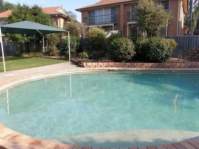 Comfy Double bed in townhouse with great pool - Mudgeeraba - Radhus