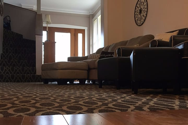 Private Master Suite - Cozy & Up to 4 people - Franklin Park - Hus