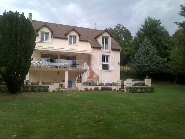 Grande propriété à 30 km de Paris, parc de 4500 m² - Jouars-Pontchartrain - Casa