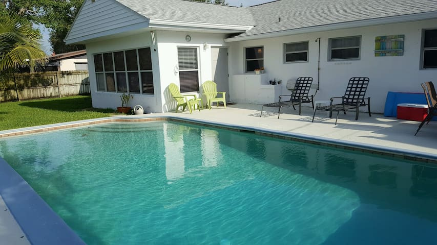 Beach Lovers Paradise with pool and privacy - Satellite Beach - Rumah