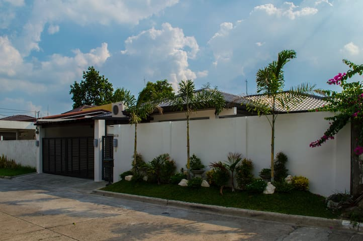 Three bedroom rest house with swimming pool - Angeles City - Hus