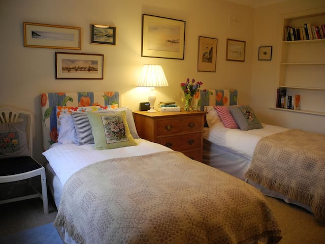Delightful Twin Bedroom Set in a Country House - Maidwell - Huis