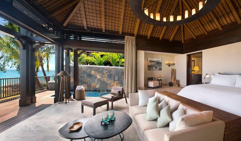 St. Regis Beachfront Pool Suite - Le Morne - Bed & Breakfast