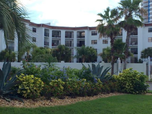 Sunny Beach Condo- Great Beach Acce - Daytona Beach Shores - Lyxvåning