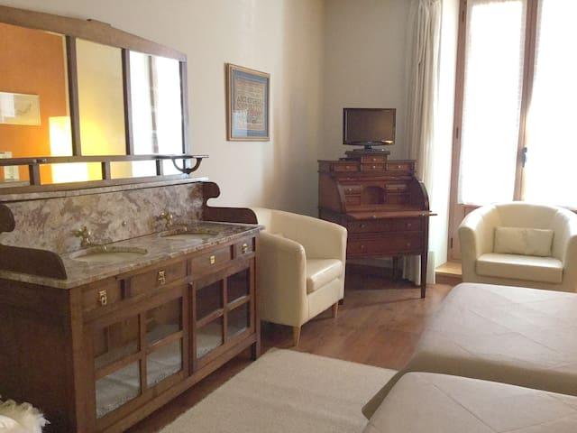 Muskida's deluxe double room-2 - Urroz Villa
