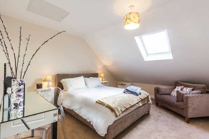 Top Flr King Bed Sitting Room/Study - Ashford - Dom