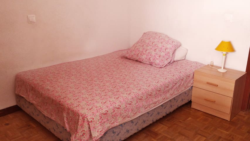 Private room/double bed/close to bus and center - Guadalajara - Daire
