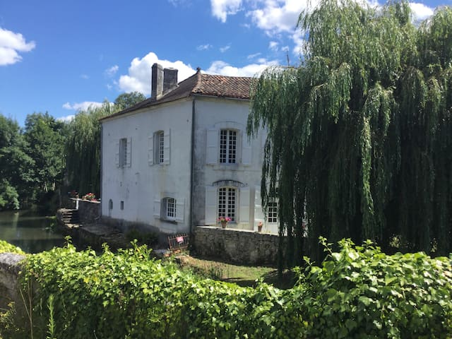 Maison Du Pont: Riverside B+B ~ Bedroom 2 ~Le Pont - La Rochebeaucourt-et-Argentine - 家庭式旅館