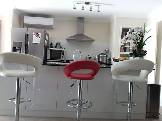Stylish home on a golfing /wine estate in Perth. - Aveley - Huis