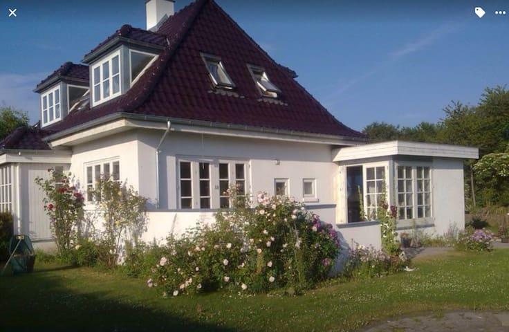 "House with lots of Danish ""HYGGE1"" - Skødstrup - Villa"