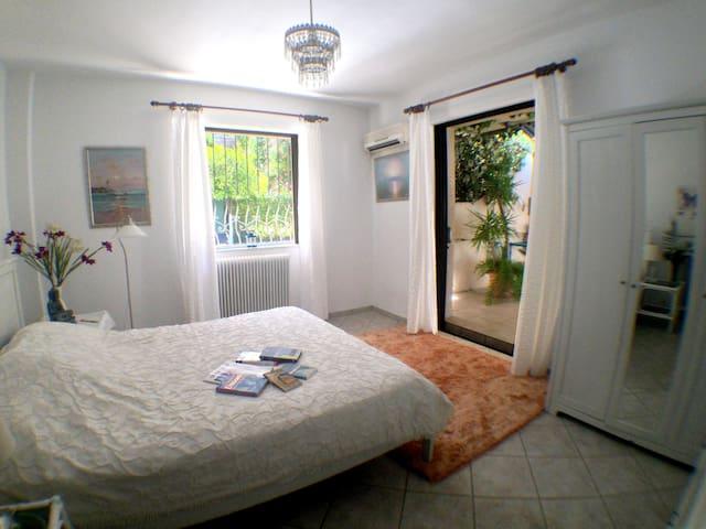 Spacious apartment and balcony, sleeps five. - Galatsi