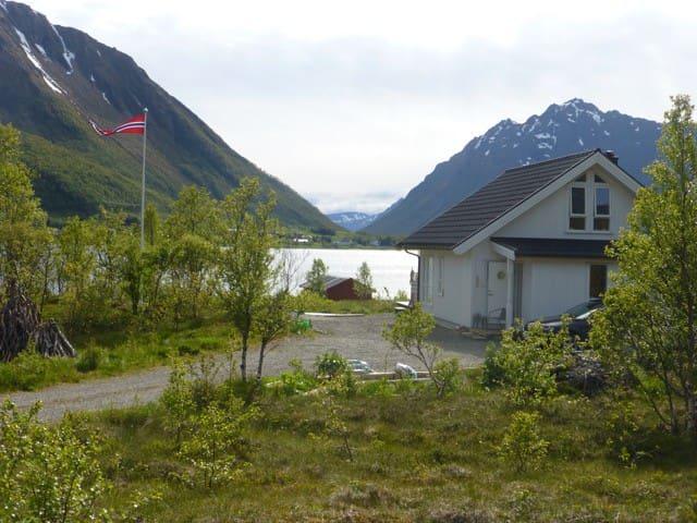 Fredheim cabin Lofoten at the fjord waterfront - Kleppstad - Houten huisje