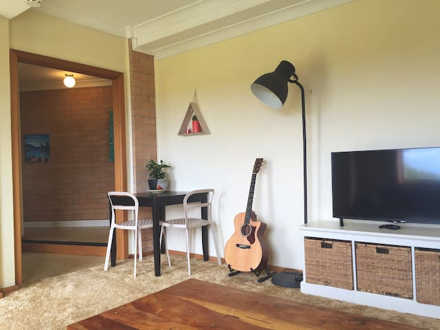 Spacious and private one bedroom apartment - Balgownie - Квартира