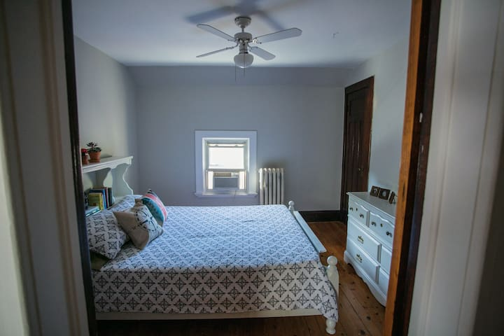 Century Home (Queen Bed) - Brantford - Casa