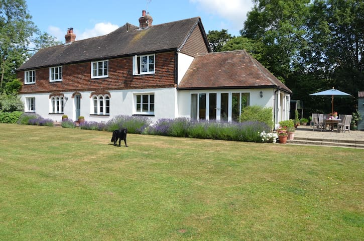 Secluded & comfortable family home - Ashford