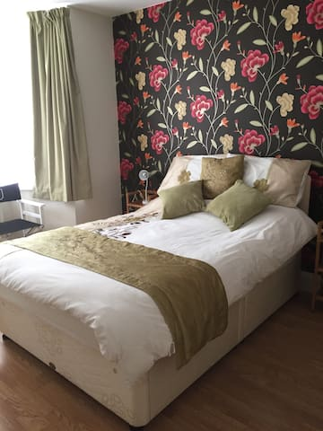 Sunny light & airy double bedroom - Havant