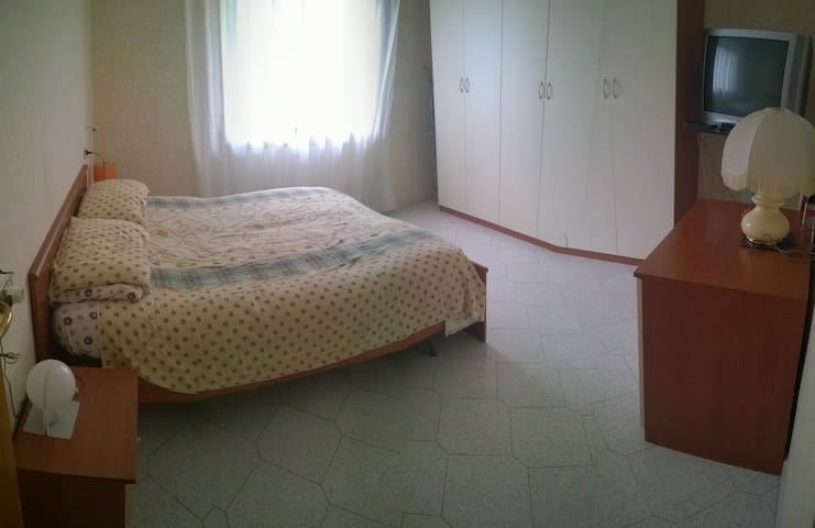 Big room in an apartment close to  everything - Sambuceto - Hus