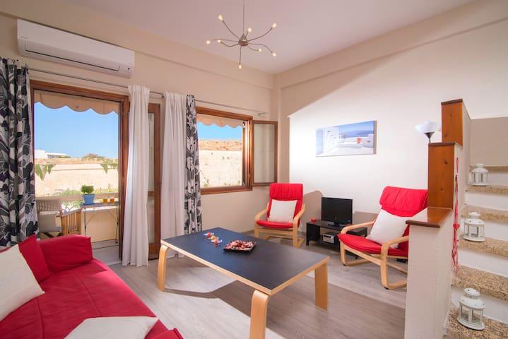 cozy 2 floor house with nice view - Iraklio - Hus