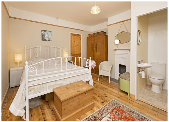Wellesley House; Large private room with en-suite - Taunton - Dům