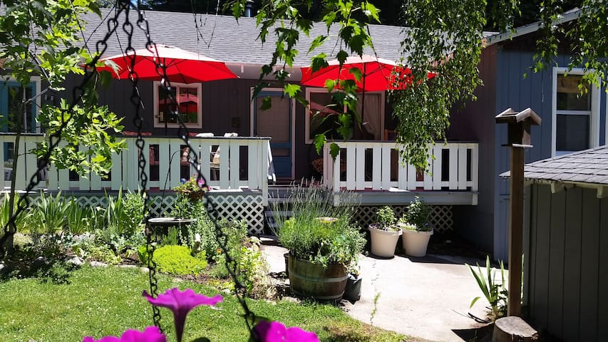 Hideaway Cottage;  Walk to downtown!  Great WIFI! - Mount Shasta