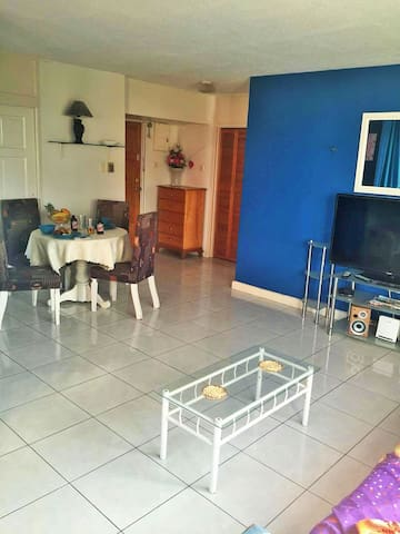 Beach Front 1 Bedroom Self Catering Apartment - Ocho Rios - Leilighet