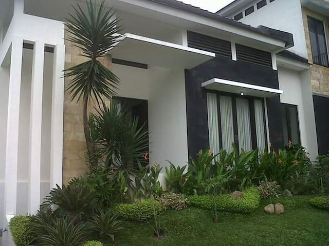 SPACIOUS HOUSE AT VILLA KUSUMA PINUS, BATU - Kecamatan Batu - 別荘
