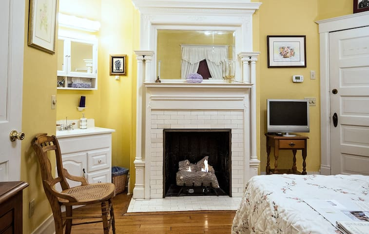 S. Jackson Inn - Queen Room - Harrisonburg - Bed & Breakfast