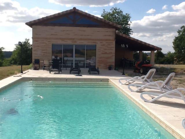Pool house with stunning views. - Montvalen - 獨棟