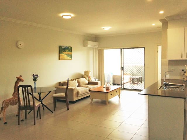 Own room with own bathroom in modern unit - Zillmere - Apartemen