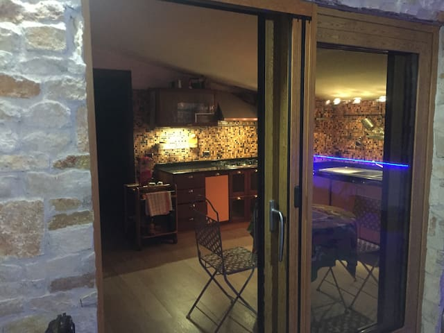Mansarda arredata con terrazzo e barbecue - San Prisco - Huoneisto