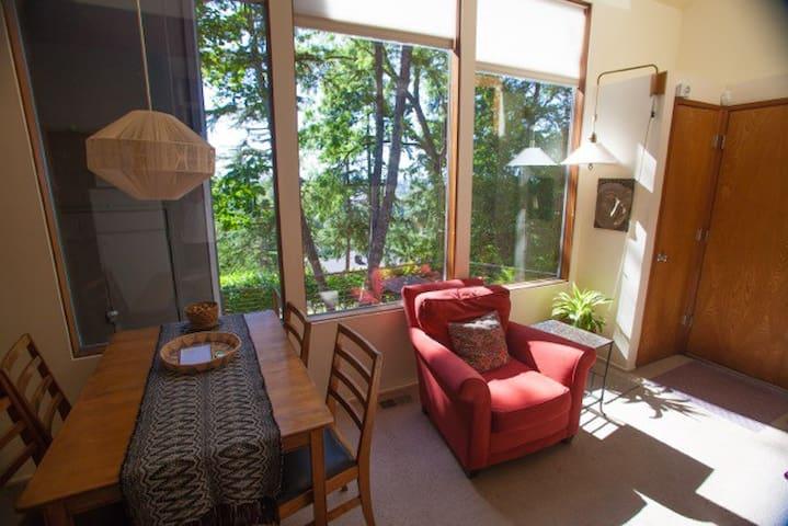 Cozy Treehouse Overlooking U of O - Eugene